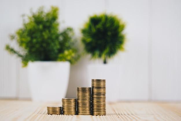 Passo, de, moedas, pilhas, e, pequeno, árvore, em, vaso