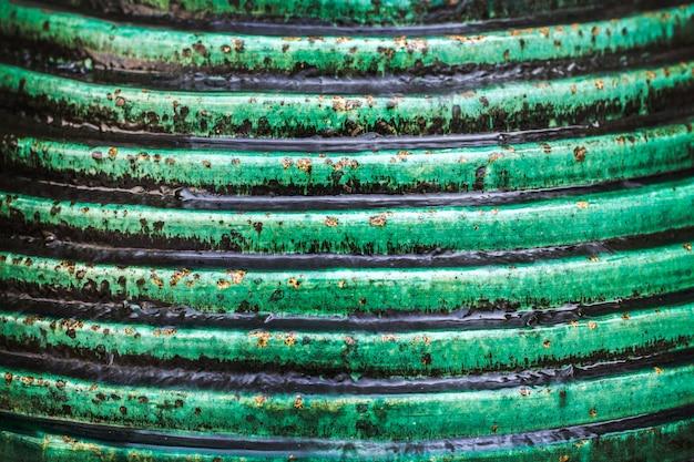 Passo de pedra verde com fundo de queda de água