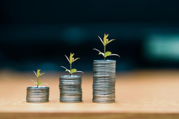 Passo de pilhas de moedas, dinheiro, poupança e investimento ou conceito de planejamento familiar.