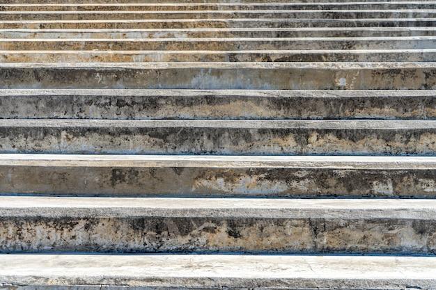 Passos de uma velha escadaria de concreto em uma passagem pública.