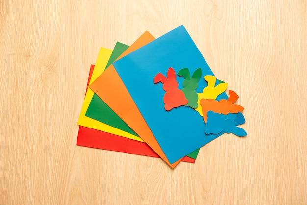 Passos para recortar coelhos do álbum de recortes papel de cores diferentes.