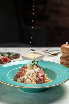 Pasta carbonara com bacon, queijo parmesão e molho de natas, restaurante que serve o prato. conceito de comida italiana.