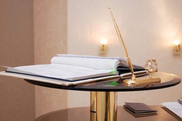 Pasta com documentos na assinatura da certidão de casamento, materiais de escrita. a cerimônia solene de casamento