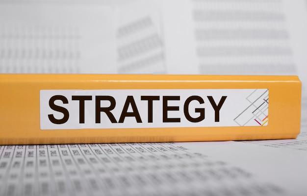 Pasta com inscrição de palavra de estratégia de negócios