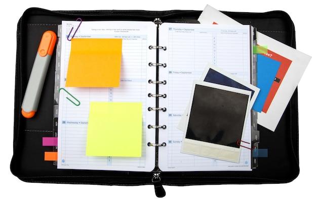 Pasta com organizador, notas de postagem em branco e fotos - isoladas