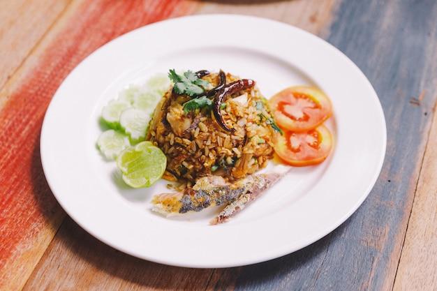 Pasta da cavala do arroz fritado com cavala tailandesa e essa cobertura com fried chili.