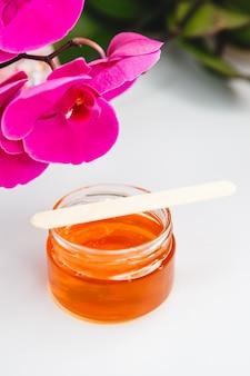 Pasta de açúcar em uma jarra com uma espátula. pasta de açúcar para depilação