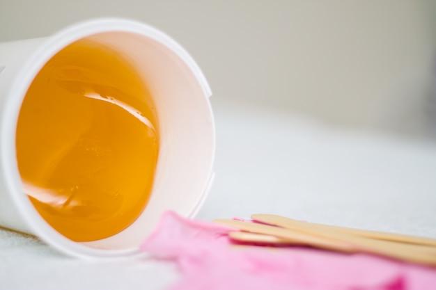Pasta de açúcar ou mel de cera para remoção de pêlos