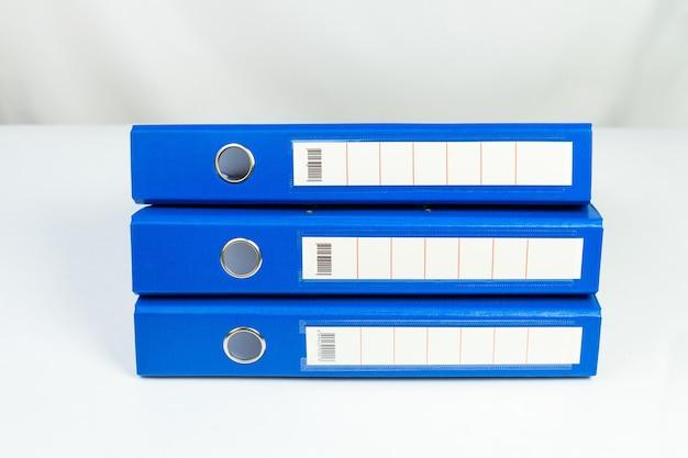 Pasta de arquivos azul isolada no branco