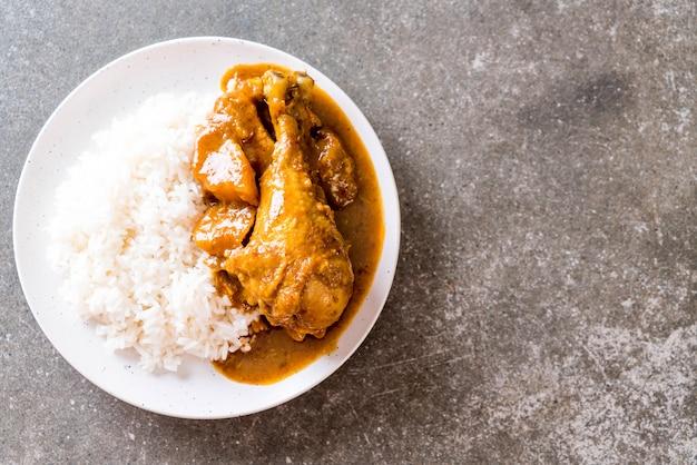 Pasta de caril massaman de frango com arroz