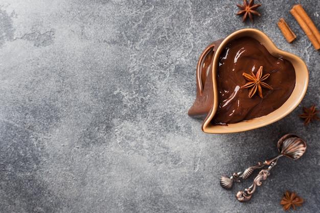 Pasta de chocolate com canela e anis