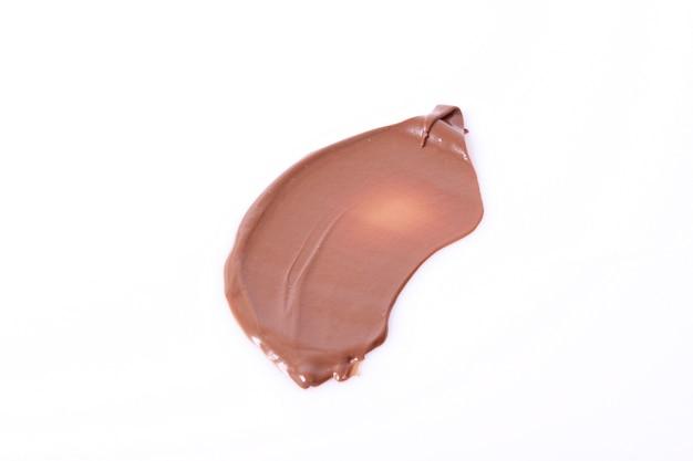 Pasta de chocolate isolada em fundo branco close up