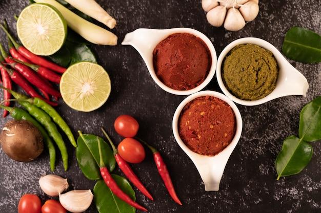 Pasta de curry verde e pasta de curry vermelho feita de pimenta.