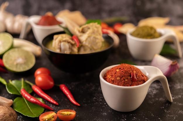 Pasta de curry vermelho feita de pimenta. Foto gratuita