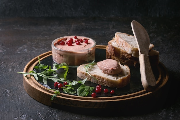Pasta de fígado com pão