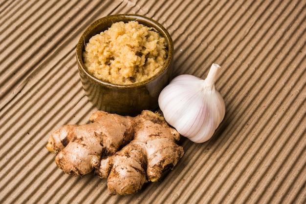 Pasta de gengibre e alho fresco ou purê de adrak lahsun em uma tigela de cerâmica. foco seletivo