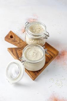 Pasta de gergelim caseira com sementes de gergelim.
