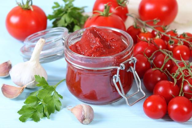 Pasta de tomate na mesa vista de cima do molho de tomate