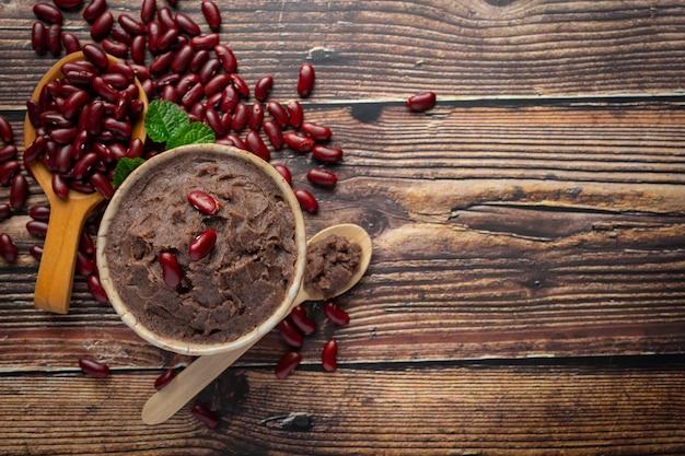 Pasta doce de feijão vermelho em tigela branca, coloque no chão de madeira