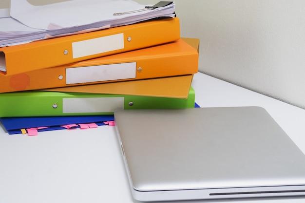 Pasta, documentos empilhados com caderno