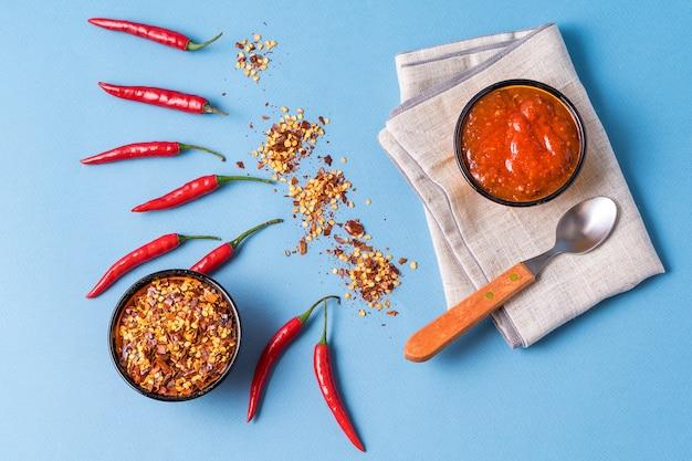 Pasta harissa vermelha caseira, especiarias de pimenta e malagueta vermelha fresca.