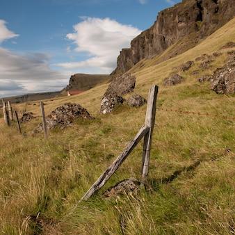 Pastagem de terras rurais na encosta com armação de arame