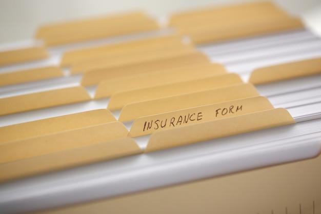 Pastas amarelas com etiquetas e papel em uma linha