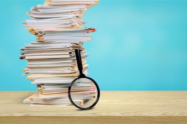 Pastas de arquivos com documentos e lupa