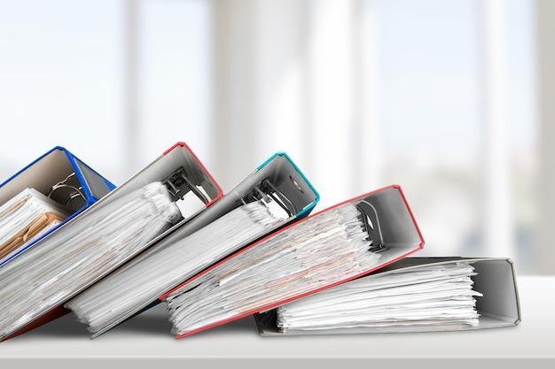 Pastas de arquivos com documentos em papel na mesa