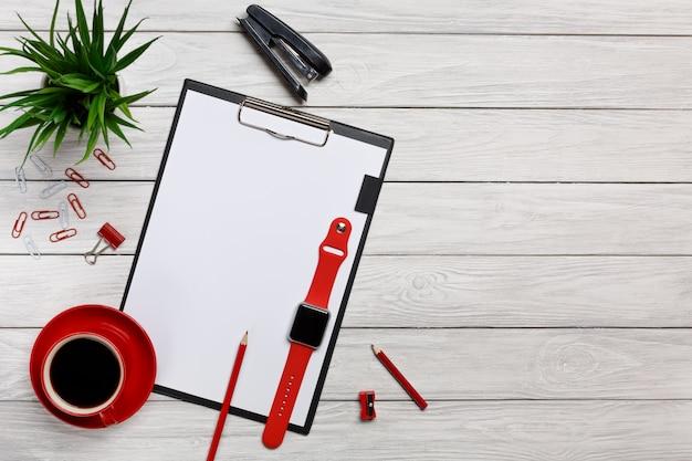 Pastas de quadros de mesa branca vermelha notebook copo manhã café relógio clipes de papel teclado mouse escritório trabalhador escritório