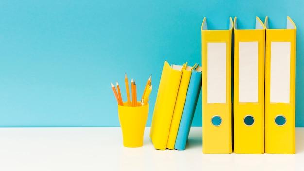 Pastas e lápis organizados copiam o espaço