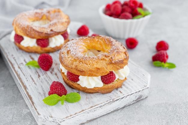 Pastéis de choux anéis de choux com creme de queijo cremoso ou queijo cottage e framboesas frescas