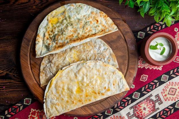 Pastéis de vista superior pastéis fritos com queijo, ervas, carne