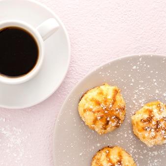 Pastéis deliciosos e close-up de café