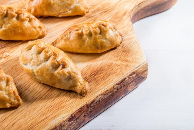 Pastéis quentes de massa folhada enriquecida com manteiga