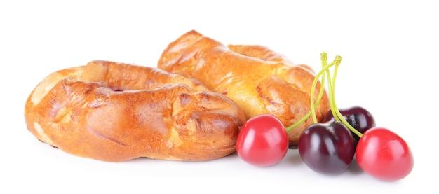 Pastéis recém-assados com cereja isolada no branco