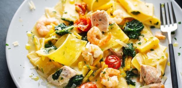 Pastel com camarões e legumes no prato