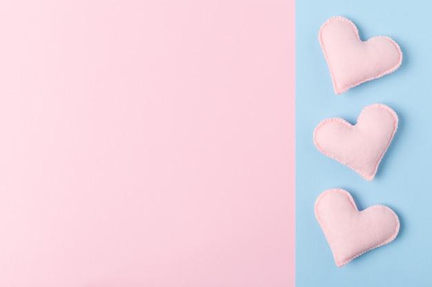 Pastel dia dos namorados felicitações ou banner de tema de amor com corações de feltro feitas à mão