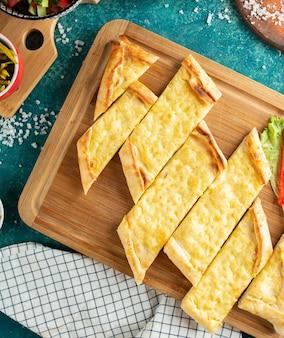 Pastel turco tradicional com vista superior de queijo