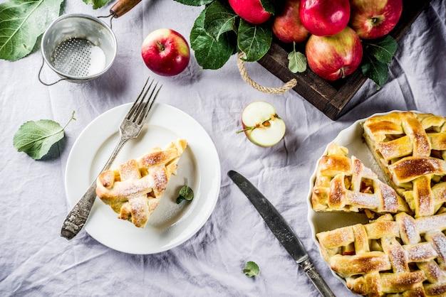 Pastelaria assada tradicional do outono, torta de maçã caseira doce