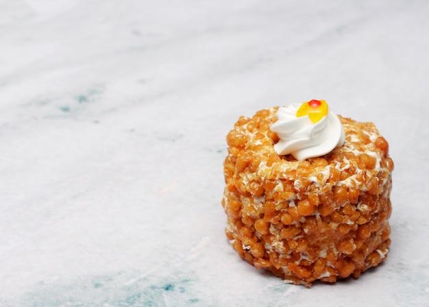 Pastelaria caramelo em cima da mesa com espaço de texto