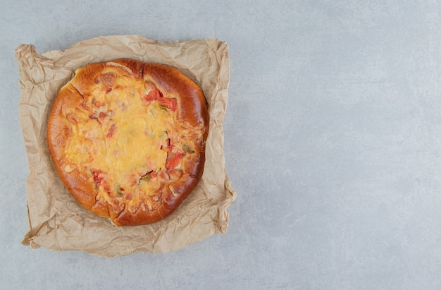 Pastelaria caseira com queijo em folha de papel.
