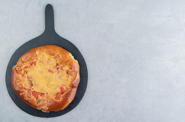 Pastelaria caseira com queijo no quadro negro.