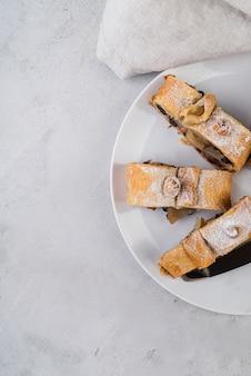 Pastelaria caseira de vista superior em um prato