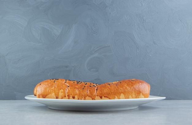 Pastelaria caseira fresca na chapa branca.