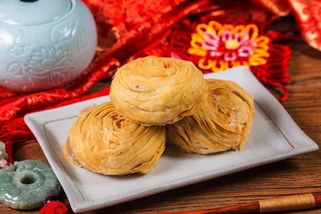 Pastelaria chinesa antiquado da massa folhada flocoso cozida com enchimento do feijão de mung,