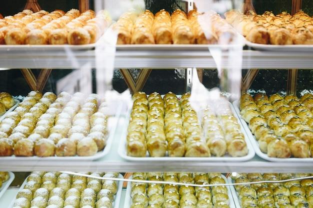 Pastelaria chinesa em vitrine