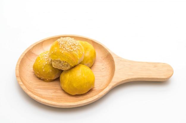 Pastelaria chinesa ou bolo de lua cheia de pasta de feijão mungo e gema de ovo salgada