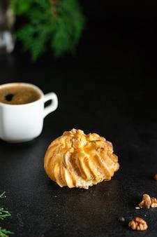 Pastelaria choux eclair shu profiterole o recheio é doce ou salgado massa fofa bolo caseiro para o feriado