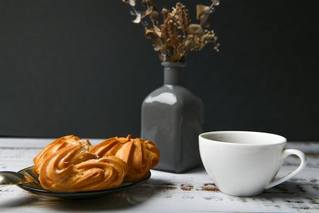 Pastelaria choux em um escuro. eclair de pastelaria choux com creme. contra um escuro, um lugar para escrever.